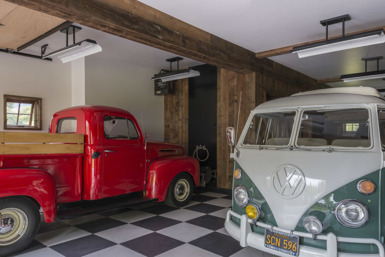 gallery-1485212323-wyoming-barn-inspired-guest-house-garage